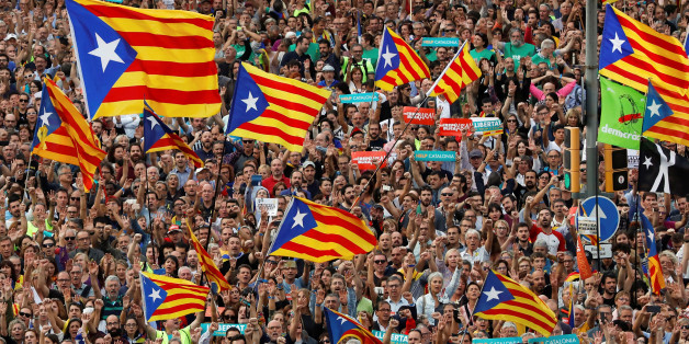 People wave Catalan separatist flags during a demonstration organised by Catalan pro-independence movements ANC (Catalan National Assembly) and Omnium Cutural, following the imprisonment of their two leaders Jordi Sanchez and Jordi Cuixart,  in Barcelona, Spain, October 21, 2017.  REUTERS/Gonzalo Fuentes