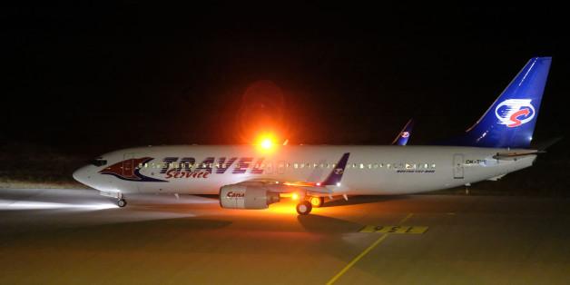Die Boeing 737 startet mit 14 Asylbewerbern in Leipzig-Halle.