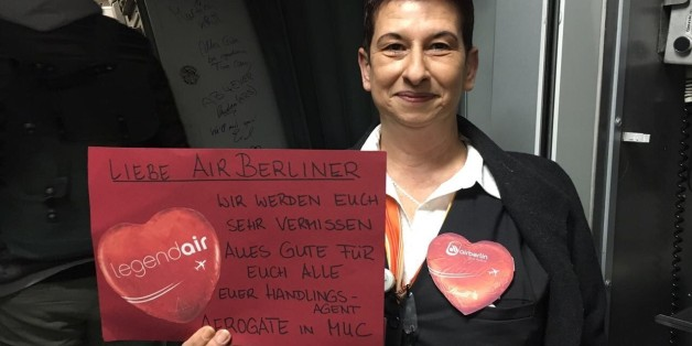 Tränenreicher Abschied: Air-Berlin-Crew hängt vor dem letzten Flug einen Brief an ihren Chef auf