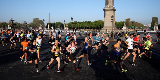 Competitors run down the Champs Elysees below the Arc de Triomphe at the start of the 41st Paris Marathon in Paris, France, April 9, 2017. REUTERS/Benoit Tessier