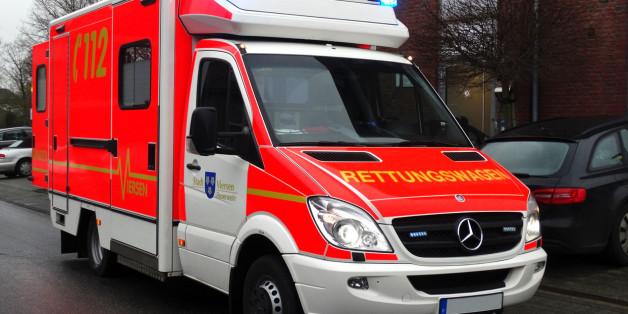Ein Autofahrer hat in Berlin Rettungskräfte während eines Einsatzes attackiert. (Symbolbild)