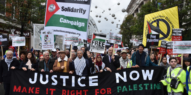 LONDON, UNITED KINGDOM - NOVEMBER 04: A counter demonstration by a Jewish group walks in front of the Palestinian marchers through central London on November 04, 2017 in London, England.  Justice Now - Make it Right for Palestine on the 100th anniversary of the Balfour Declaration and the establishment of the Jewish state  PHOTOGRAPH BY Matthew Chattle / Barcroft Images (Photo credit should read Matthew Chattle / Barcroft Images / Barcroft Media via Getty Images)