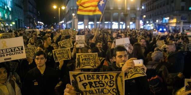 MADRID, SPAIN - 2017/11/05: People protesting during a demonstration supporting Catalonia and demanding freedom for the imprisonment of several members of the Catalan government. (Photo by Marcos del Mazo/LightRocket via Getty Images)
