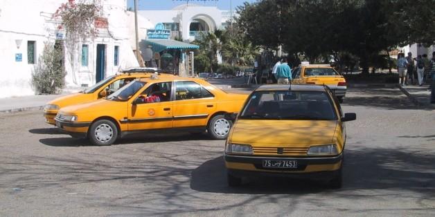 (GERMANY OUT) Taxen warten auf einem Platz in der Innenstadt von Houmt Souk auf der größten amerikanischen Mittelmeerinsel Djerba. Verkehr; öffentlicher Nahverkehr; Tunesien . (Photo by Heuser/ullstein bild via Getty Images)