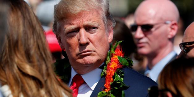 Trump mit typischer Blumenkette
