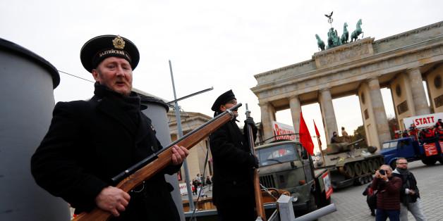 In Berlin verkleiden sich Menschen und feiern den fragwürdigen Jahrestag