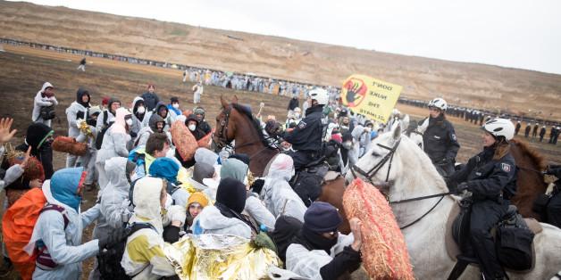 Die Polizei setzte Pferde ein, eines geriet außer Kontrolle