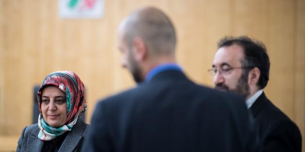 Nurhan Soykan, Zentralrat der Muslime (l-r), Murat Gümüs, Generalsekretär Islamrat und Burhan Kesici, Vorsitzender Islamrat, stehen am 09.11.2017 vor dem Oberverwaltungsgericht in Münster