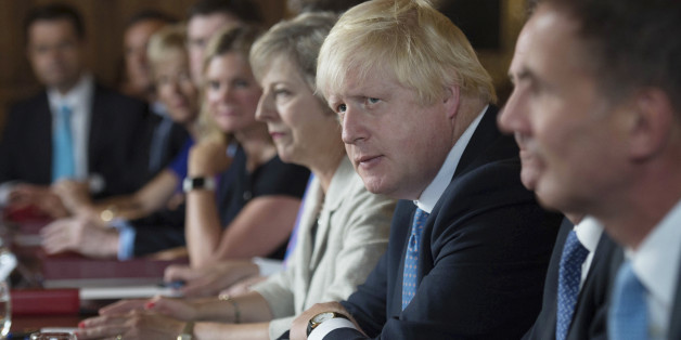 Außenminister Boris Johnson (r.) neben Premierministerin May (m.)