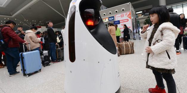 지난 2월 15일 중국 정저우 시 기차역에서 로봇 경찰이 순찰을 돌고 있다.
