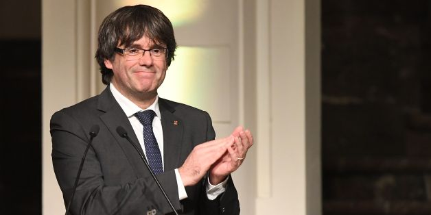 Catalonia's sacked leader Carles Puigdemont applauds while delivering a speech during a meeting with Catalan mayors in Brussels on November 7, 2017.Around 200 pro-independence Catalan mayors flew to Brussels on November 7 and held a protest demanding the release of their region's 'political prisoners'. Puigdemont claimed on November 7, 2017, that he fled to Belgium because Spain was preparing a 'wave of oppression and violence' against his separatist movement.  / AFP PHOTO / Emmanuel DUNAND