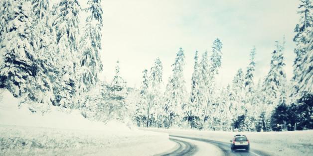Denn in Deutschland gilt: Bei Glatteis, Reif- und Eisglätte, Schnee und Schneematsch dürfen Autos nur mit Winterreifen unterwegs sein.