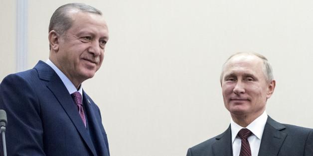 Russia's President Vladimir Putin (R) shakes hands with Turkey's President Tayyip Erdogan during a meeting in Sochi, Russia November 13, 2017. REUTERS/Pavel Golovkin/Pool