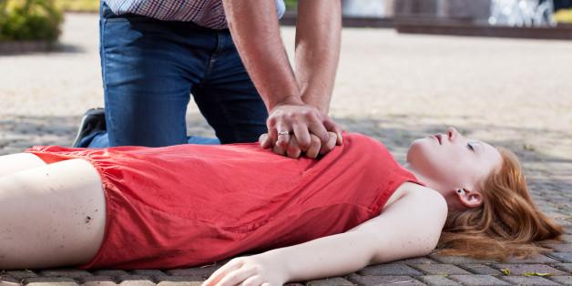Frauen wird in der Öffentlichkeit öfter eine Herzdruckmassage verwehrt