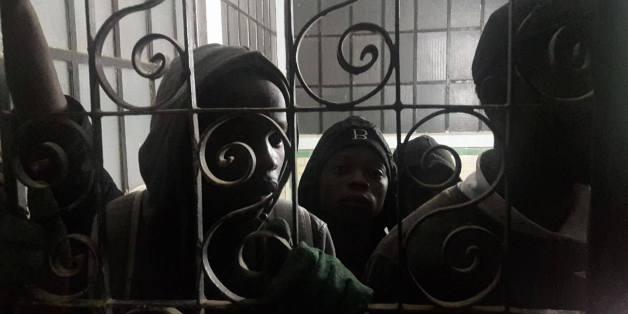 Migrants detenus a la gare d'Oran. Photo: Said Bouddour