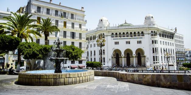 La Grande Poste d'Alger est un édifice de style néo-mauresque, (ou, plus précisément, du style appelé 'arabisance') construit à Alger en 1910 par les architectes Voinot et Toudoire.