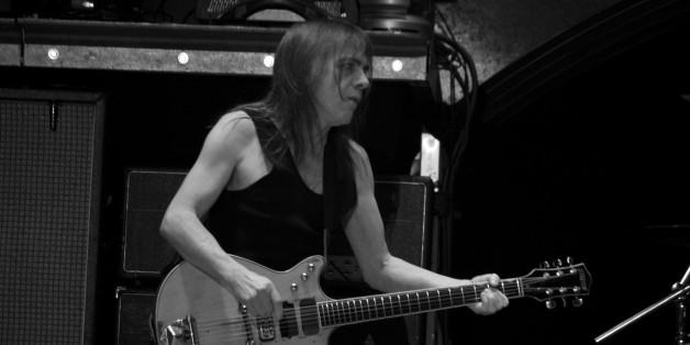 AC/DC-Gitarrist Malcolm Young stirbt im Alter von 64 Jahren.