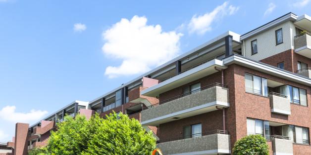 青空に映える瀟洒なマンション
