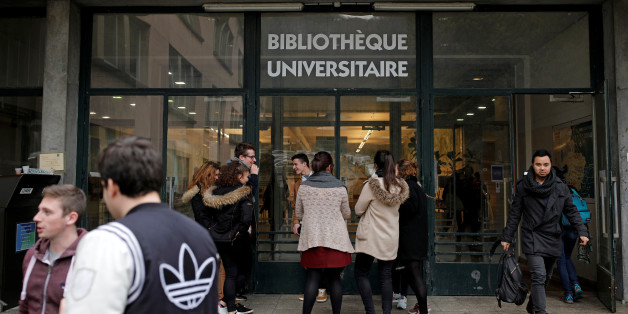 Students in front of the library at Paris-Sud University in Orsay, France, March 24, 2017. REUTERS/Benoit Tessier