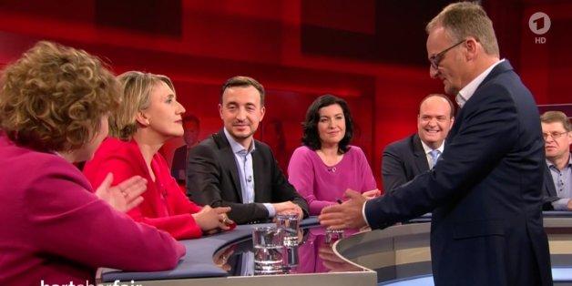 Als Grünen-Chefin Peter über Flüchtlingspolitik spricht, muss Journalist Alexander plötzlich lachen