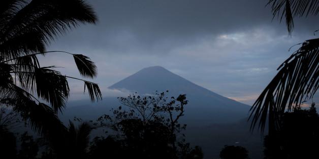 A view of Mount Agung, a volcano on the highest alert level, from Karangasem Regency, on the resort island of Bali, Indonesia, September 24, 2017. REUTERS/Darren Whiteside