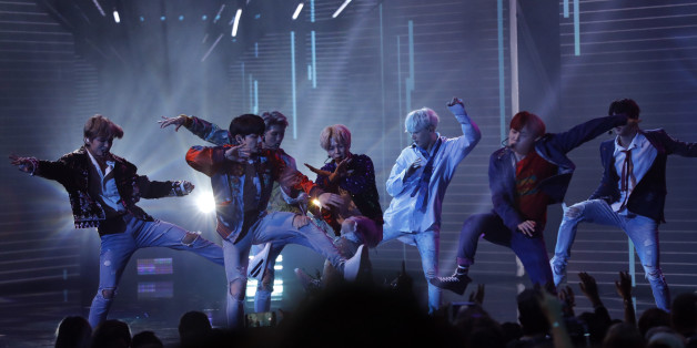 """2017 American Music Awards – Show – Los Angeles, California, U.S., 19/11/2017 – BTS performs """"DNA."""" REUTERS/Mario Anzuoni"""