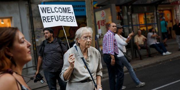 Eine ältere Spanierin demonstriert Ende 2015 für die Aufnahme von Flüchtlingen