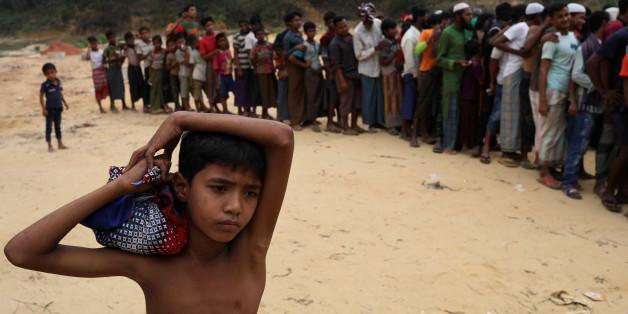 Rohingya refugees wait for the start of relief aid distribution at Balukhali refugee settlement, near Cox's Bazar, Bangladesh November 25, 2017. REUTERS/Susana Vera
