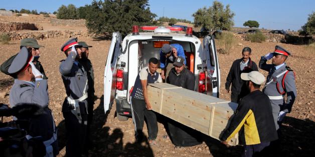 Enterrement, le 22 novembre 2017, d'une des victimes de la bousculade mortelle survenue trois jours plus tôt à Sidi Boulaalam, dans la province d'Essaouira.