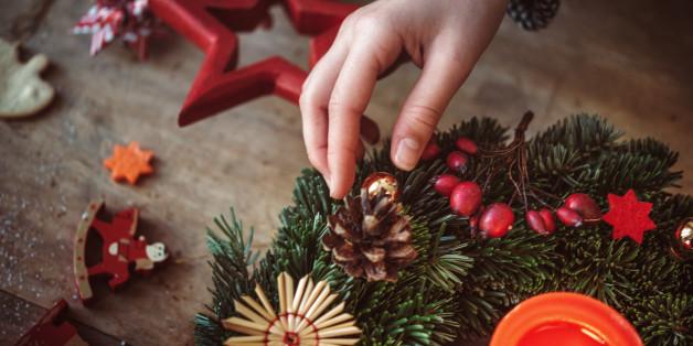 Jedes Jahr bieten Floristen, Gärtner und Supermärkte fertige Adventskränze in verschiedenen Varianten an. Wesentlich schöner und individueller ist aber ein selbst gemachter Kranz.