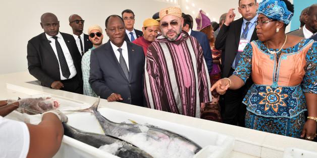 """Le roi Mohammed VI et le président ivoirien Alassane Ouattara inaugurent le point de débarquement de pêche """"Mohammed VI"""" de Locodjro à Abidjan, lundi 27 novembre 2017."""