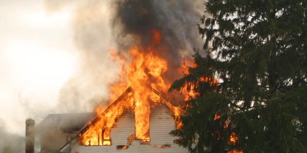 Junger Mann rettet Kinder aus brennendem Haus - Symbolbild