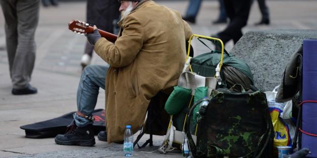 Ein Mann spielt Gitarre in einer Fußgängerzone in Dortmund, 19. November 2013 - PATRIK STOLLARZ/AFP/Getty Images