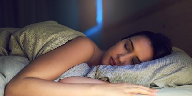 Mit einem Trick könnt ihr leichter einschlafen - er hat etwas mit der Bettdecke zu tun