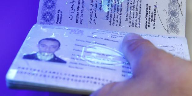 Der Pass eines Flüchtlings wird unter Schwarzlicht geprüft