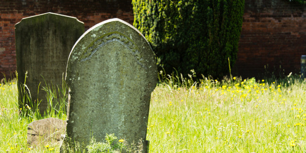 Mädchen besucht Freizeitpark und entdeckt vor Horror-Haus den Grabsein ihres Großvaters
