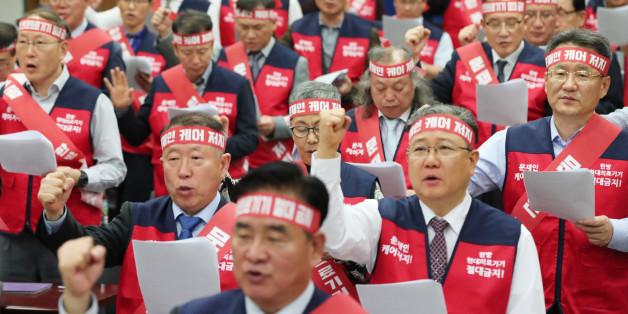 10월21일 오후 서울 용산구 대한의사협회에서 열린 '국민건강수호 비상태책위원회 발대식'에서 참석자들이 결의문을 낭독하고 있다.