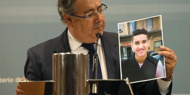 Le ministre espagnol de l'Intérieur Juan Ignacio Zoido avec une photo de l'auteur de l'attentat de Barcelone, Younes Abouyaacoub.