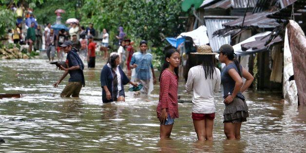 태풍 '카이탁'이 상륙한 필리핀 중부 사마르 지역이 폭우에 의해 물에 잠겨 있다