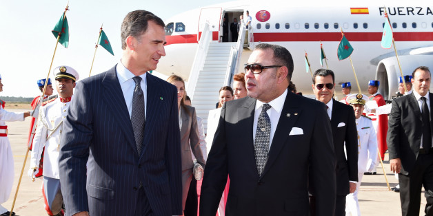 Spanish King Felipe VI (L) walks alongside Moroccan King Mohammed VI at Rabat's airport July 14, 2014. REUTERS/Maghreb Agence Press/Pool (MOROCCO - Tags: ROYALS POLITICS)