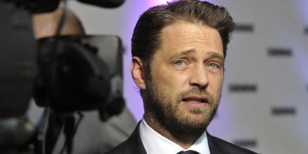 """Jason Priestley raconte la fois où il a mis """"son poing dans la figure"""" de Harvey Weinstein"""