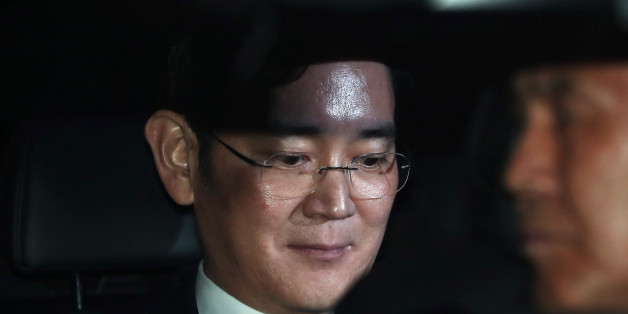 Jay Y. Lee, co-vice chairman of Samsung Electronics Co., center, sits in a car as he leaves the Seoul Central District Court in Seoul, South Korea, on Thursday, Feb, 16, 2017. A South Korean judge is expected to decide early Friday whether to grant an arrest warrant for Samsung's de facto head Lee on bribery allegations. Photographer: SeongJoon Cho/Bloomberg via Getty Images