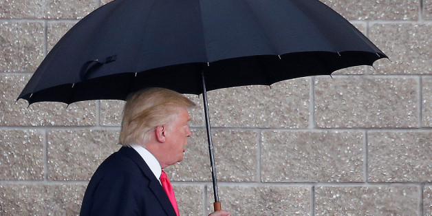 Republican presidential nominee Donald Trump arrives in the rain for a campaign rally in Tampa, Florida, U.S., August 24, 2016. REUTERS/Carlo Allegri