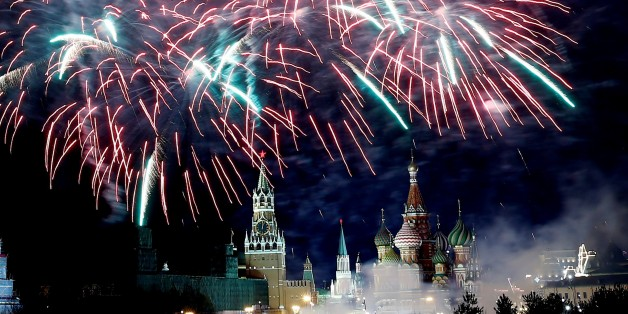 MOSCOW, RUSSIA - JANUARY 01: Fireworks light up the sky over the Bolshoy Kamenny bridge where Red square and Kremlin Palace are seen on background during the New Year's celebrations in Moscow, Russia on January 01, 2018. (Photo by Sefa Karacan/Anadolu Agency/Getty Images)