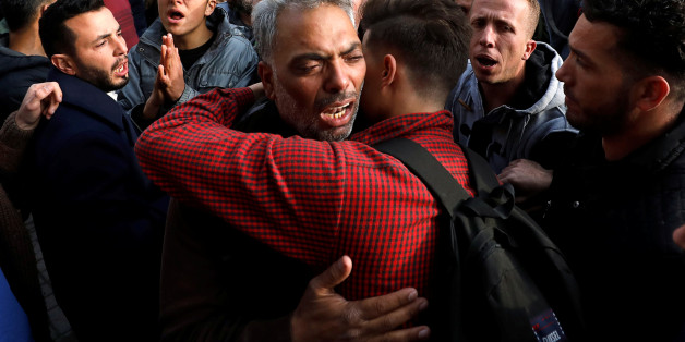 Des proches du Palestinien Moussab Firas Tamimi, tué pendant les affrontements avec les troupes israéliennes, à l'hôpital de Ramallah, le 3 janvier 2018.