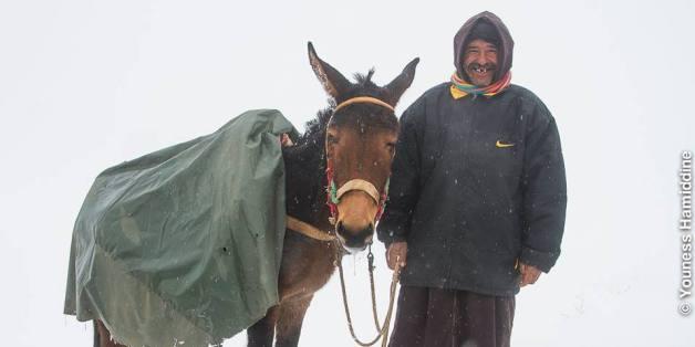 Un habitant de la région de Jemaa de Mrirt dans la province de Khénifra, qui a connu de fortes chutes de neige ce mois de janvier 2018.