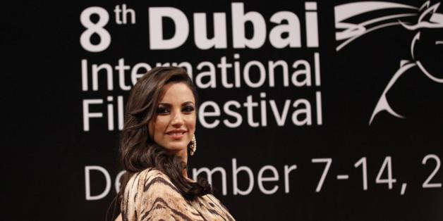 Tunisian actress Dorra Zarrouk poses as she arrives for the opening ceremony of the 8th Dubai International Film Festival December 7, 2011. REUTERS/Jumana El Heloueh (UNITED ARAB EMIRATES - Tags: ENTERTAINMENT)