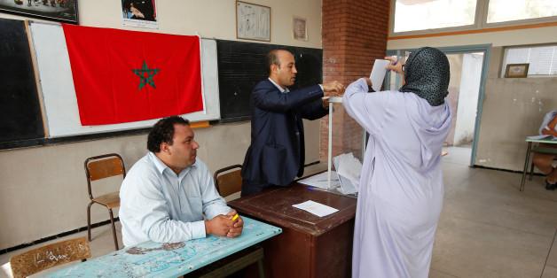 Une électrice met son bulletin dans l'urne dans un bureau de vote à Rabat, le 7 octobre 2016. REUTERS/Youssef Boudlal