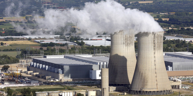 A general view shows the French nuclear Tricastin site in southeastern France July 8, 2009. France is set to keep its oldest nuclear reactors running for another 10 years, buying time to build replacements, after its nuclear safety agency ASN agreed in principle to the move.  REUTERS/Sebastien Nogier (FRANCE ENERGY)