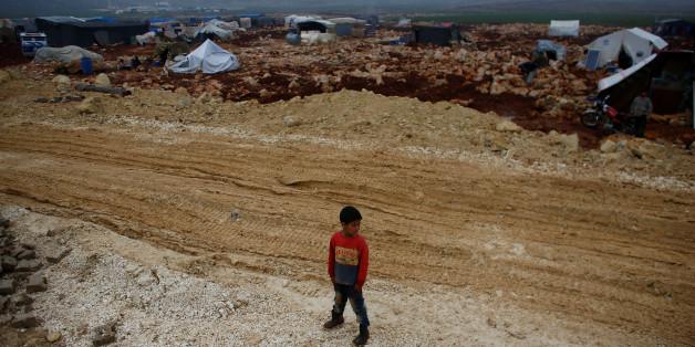 Un petit garçon syrien est photographié au camp de réfugiés de Kelbit, près de la frontière syro-turque, dans la province syrienne d'Idlib, le 17 janvier 2018. REUTERS/Osman Orsal